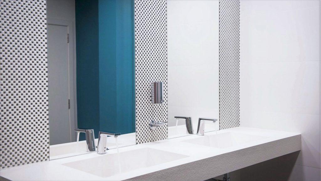 Project Renoconcept: Uitnodigende openbare toiletten. Foto dubbele lavabo met spiegels en mozaïek.