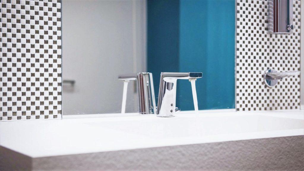 Project Renoconcept: Uitnodigende openbare toiletten. Foto lavabo met lopend water..