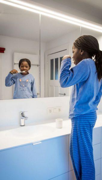 Project Renoconcept: De onderhoudsvriendelijke badkamer. Foto close-up lavabo en kasten op maat .