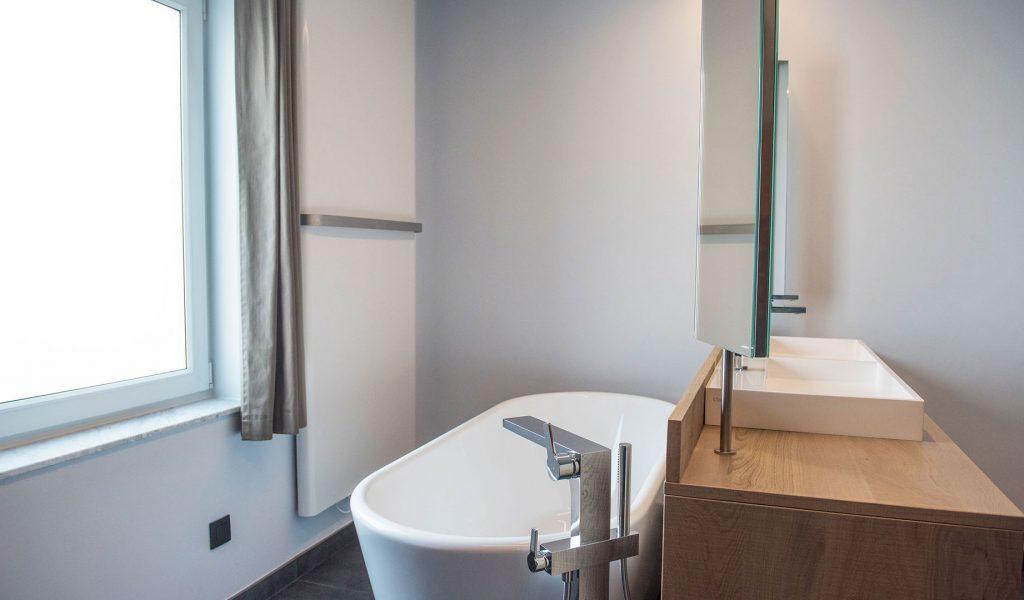 Project Renoconcept: Innovatieve meerwaarde. Foto bad en badkamermeubel op maat.