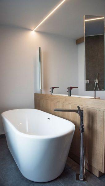 Project Renoconcept: Innovatieve meerwaarde. Foto bad en badkamermeubel op maat genomen vanaf bad