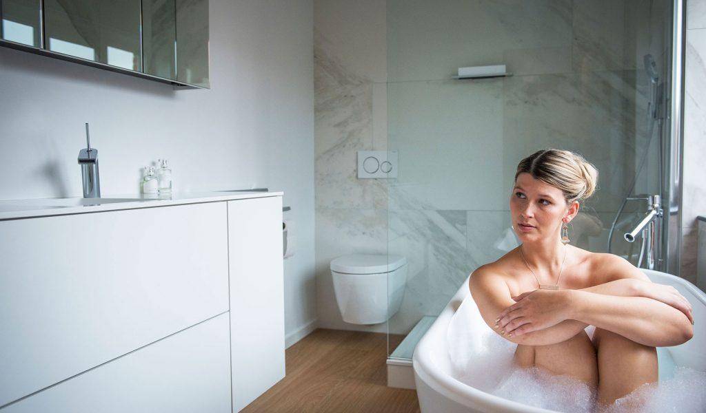 Project Renoconcept: Vrijstaand bad. Foto wegdromende dame in vrijstaand bad.