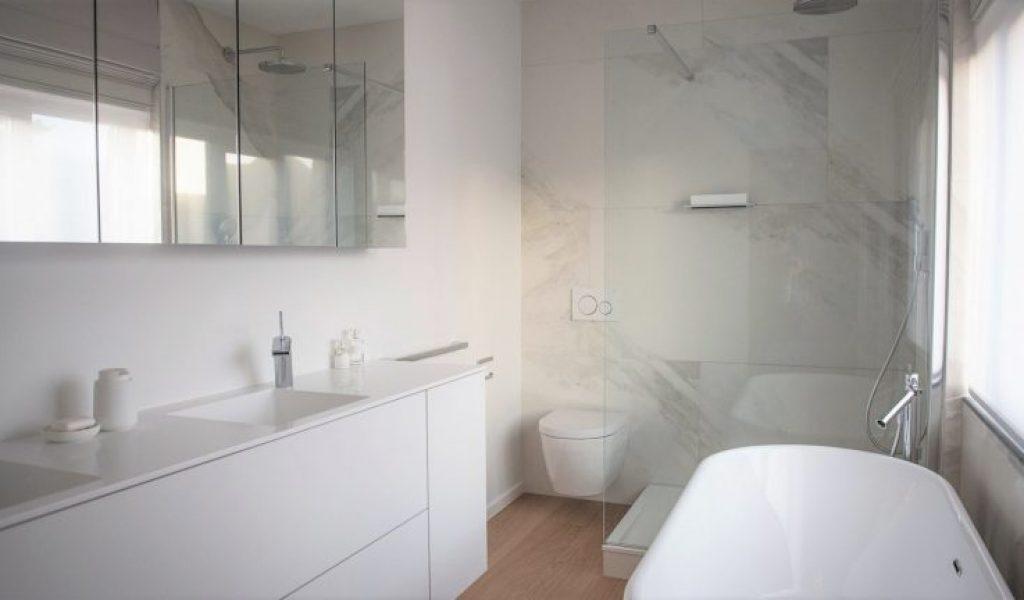Project Renoconcept: Vrijstaand bad. Foto volledige badkamer.
