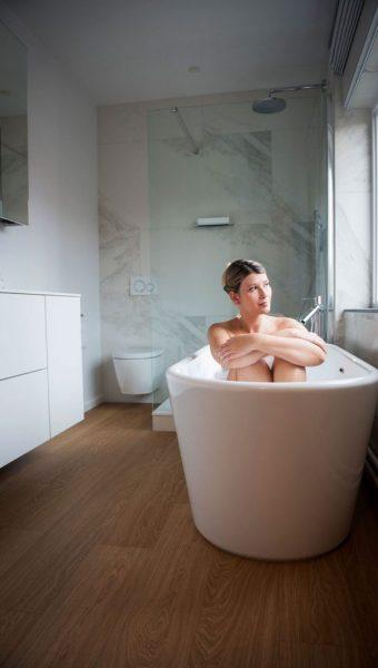 Project Renoconcept: Vrijstaand bad. Foto dame in vrijstaand bad.